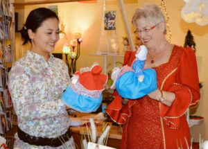 Jing Jing Zhu-Breitling (li.) und Marianne Hockerts